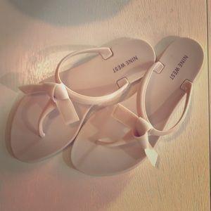 Nine West Women's bow sandals size 7M.